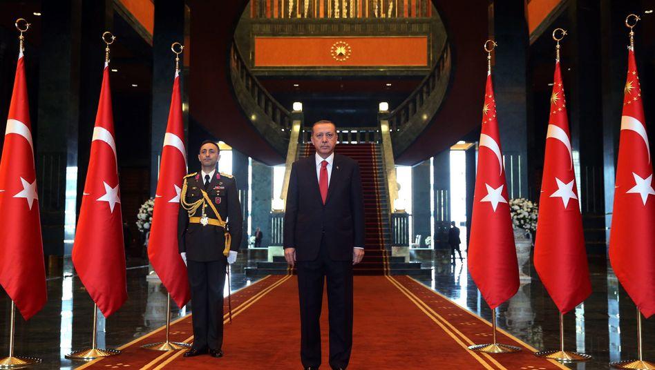Präsident Erdogan in seinem neuen Palast: Bau deutlich teurer als gedacht