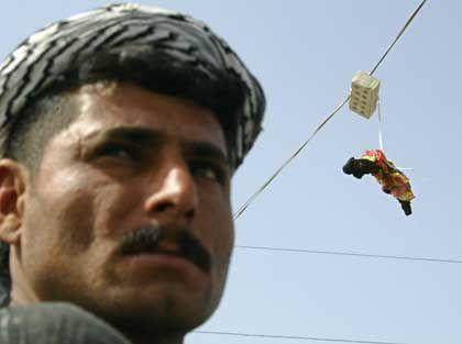 Falludscha: Der Mob hängt das Bein eines toten Amerikaners an eine Stromleitung