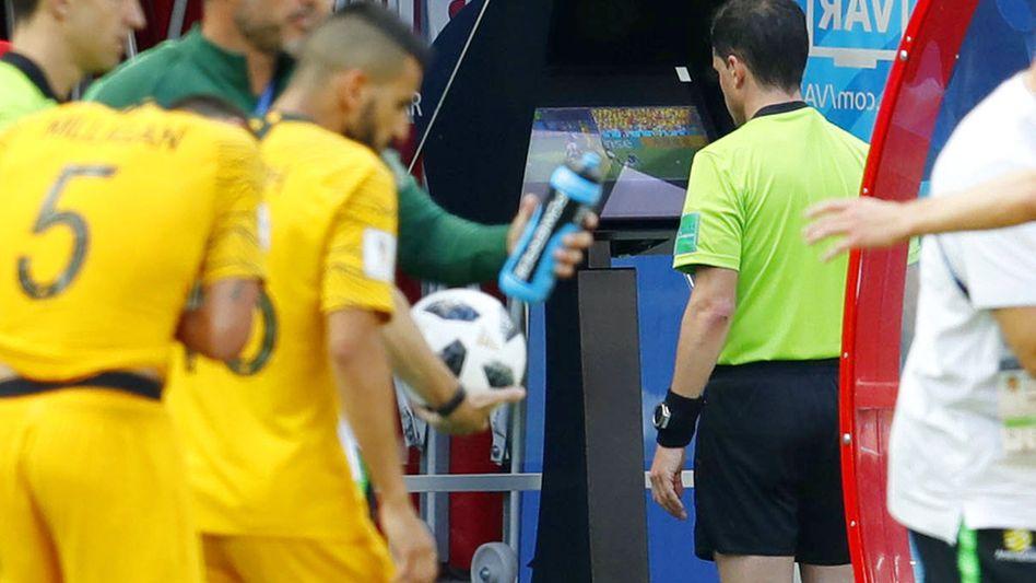 Frankreich - Australien, Schiedsrichter Andres Cunha schaut sich den Videobeweis an