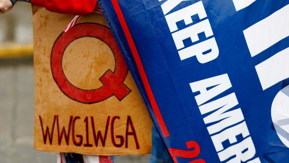 QAnon-Slogan »WWG1WGA«: Dahinter verbirgt sich der Spruch »Where we go one we go all«
