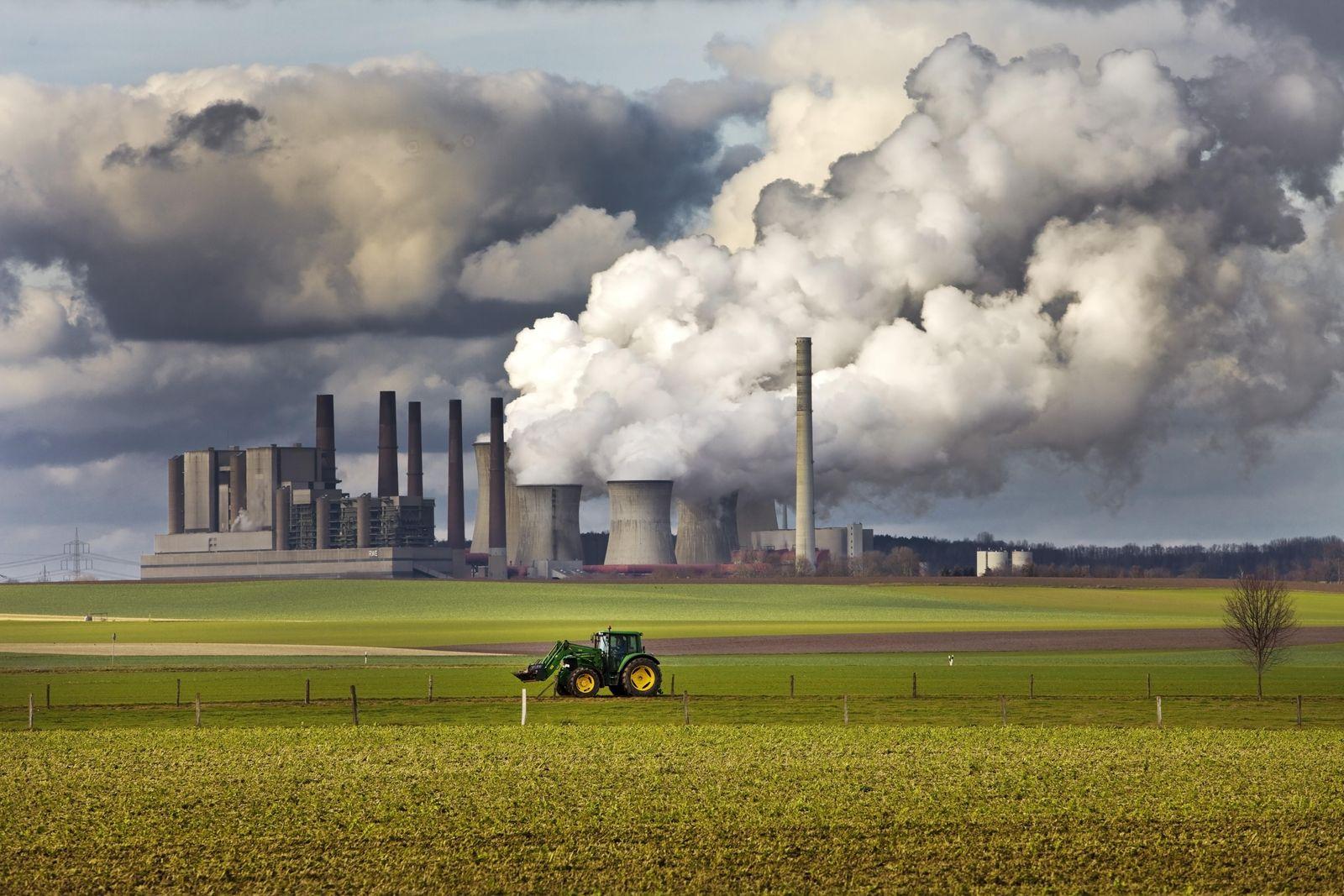 EINMALIGE VERWENDUNG Traktor auf einem Feld vor dem dampfenden Braunkohlekraftwerk Frimmersdorf, Grevenbroich