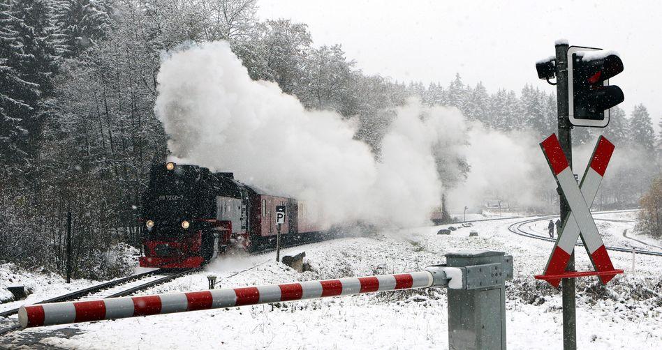 Die Harzer Schmalspurbahn am Brocken stört der erste Schnee des Jahres nicht