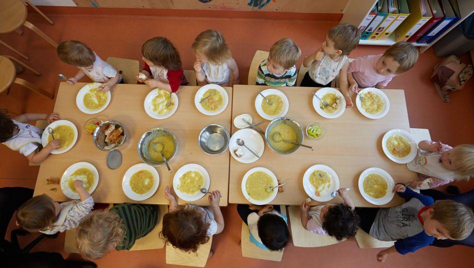Krippenkinder beim Mittagessen: In Ostdeutschland ist die Betreuungsquote von Kindern unter drei Jahren höher als im Westen (Symbolbild)