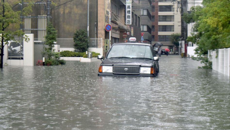 Ein Taxi ist in den Fluten liegen geblieben.