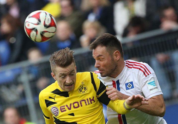 Augen zu und durch: Westermann (r.) stoppte auch Dortmunds Reus