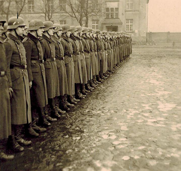 Drill in der Kaserne: Anfang 1941 erhielt Franz (links) seine militärische Grundausbildung in Eschweiler bei Aachen