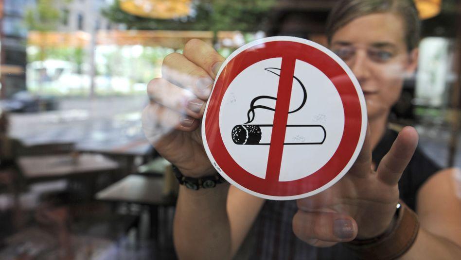 Aufkleber zum Rauchverbot: 600.000 Menschen sterben jährlich an den Folgen des Passivrauchens