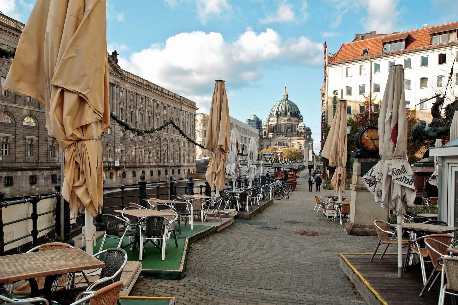 04.11.2020, Berlin, Deutschland - Foto: Leere Stuehle in der Gastronomie aufgrund des erneuten Lockdowns im Nikolaiviert