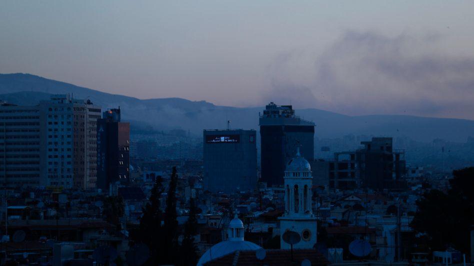Rauch weht am Samstagmorgen über Damaskus