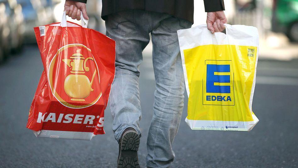 Einkäufe in Tüten von Kaiser's und Edeka: Die Marke Kaiser's könnte bald verschwinden