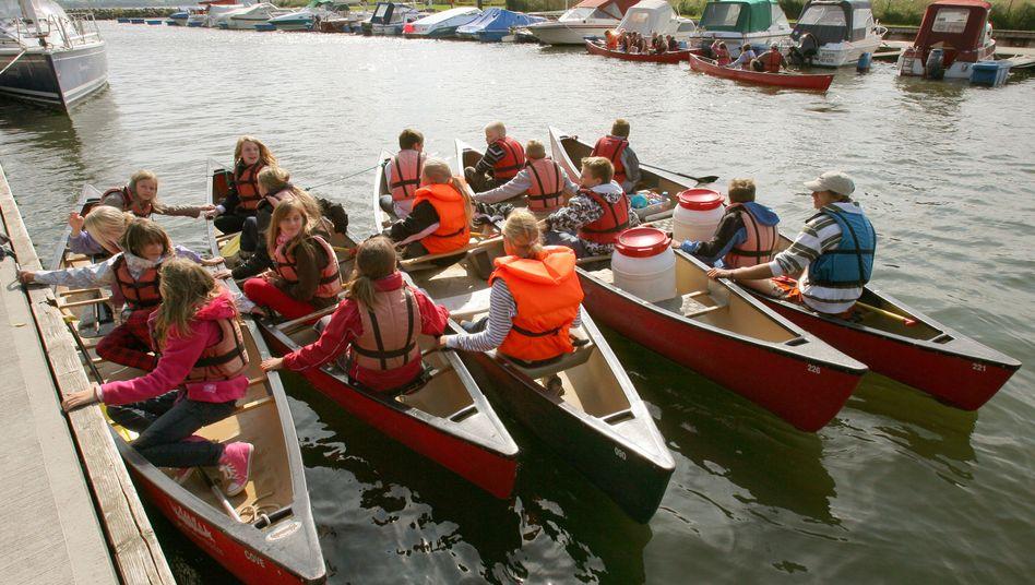 Sechstklässler auf Kanutour am Kummerower See (Archivbild)