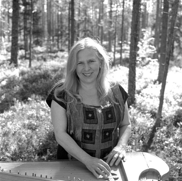 Sängerin Sinikka Langeland: Spielt die historische norwegische Kastenzither
