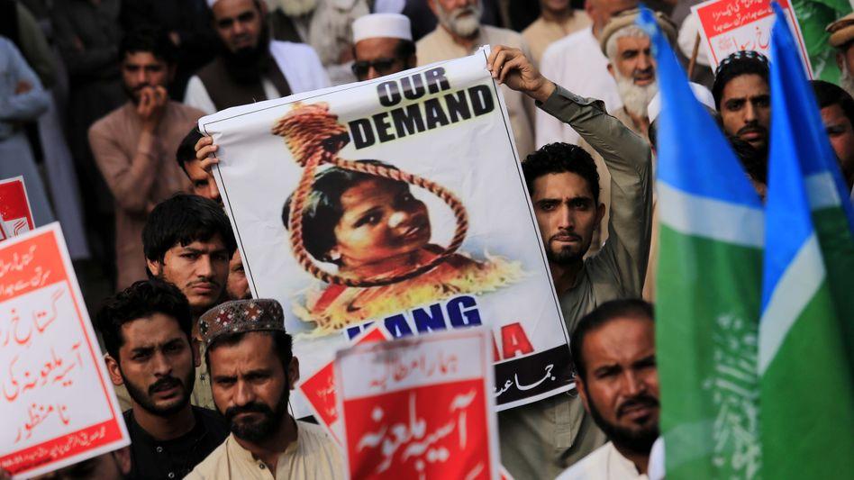 Demonstranten in Peschawar fordern die Hinrichtung der Christin Asia Bibi