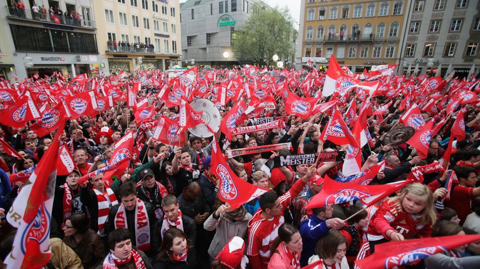 Münchner Fans auf dem Marienplatz: Um 15 Uhr geht die Party los