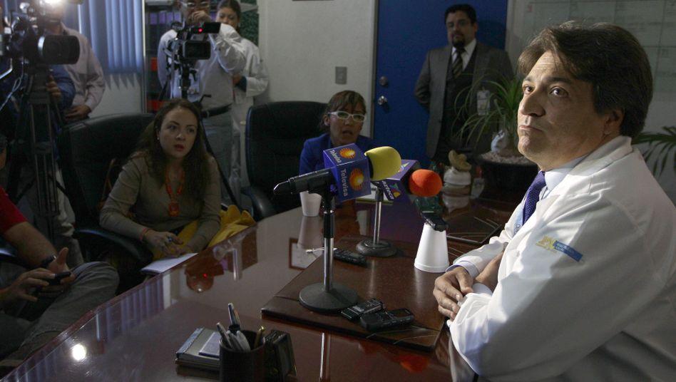 Klinikdirektor Raymundo Serrano: Pressekonferenz zum Fall einer jungen Mutter in Mexiko