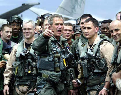 George W. Bush: Der Kriegspräsident zeigt sich gern in Uniform - wie hier an Deck des Flugzeugträgers USS Abraham Lincoln