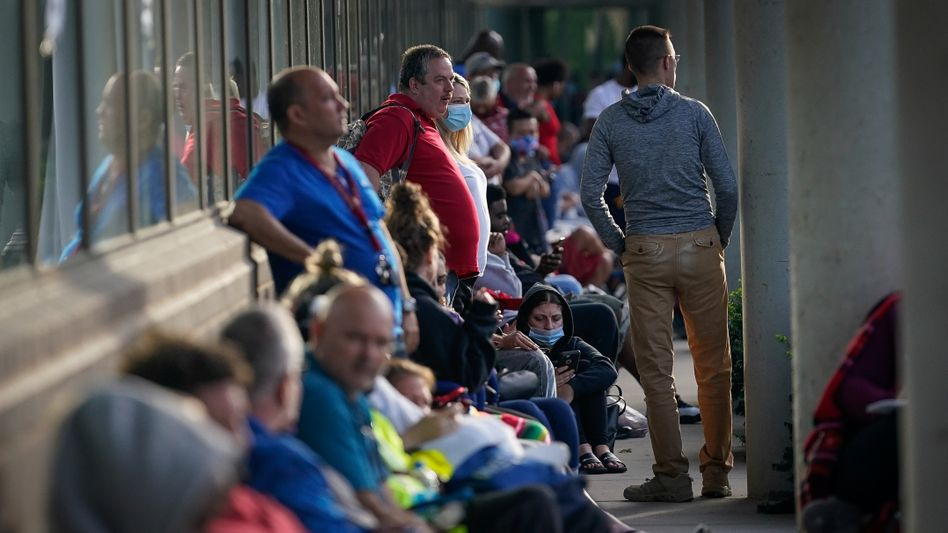 Wartende Menschen vor einem Arbeitsamt in Kentucky: wieder mehr Jobsuchende
