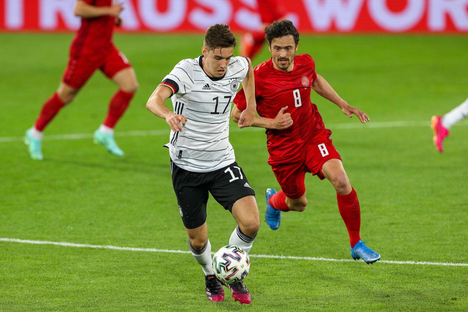 l-r: im Zweikampf, Aktion, mit Florian Neuhaus 17 (Deutschland) und Thomas Delaney 8 (Daenemark), Deutschland vs. Daenem