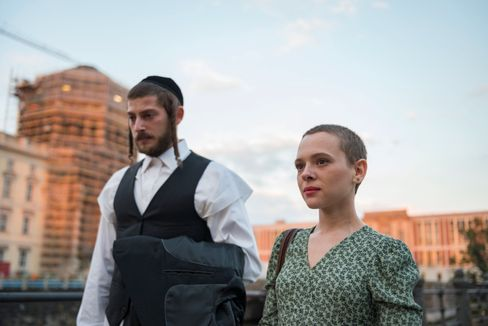 """Berlin, Berlin: Shira Haas (r.) spielt in """"Unorthodox"""" eine junge Frau, die mit ihrer alten Welt bricht und in die deutsche Hauptstadt flieht"""
