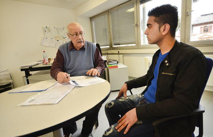 Sozialberater Atiyqullah Maywand mit Mohammad