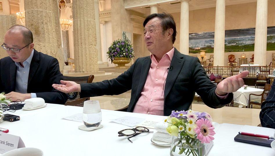Huawei-Gründer Ren Zhengfei (r.) in Shenzhen