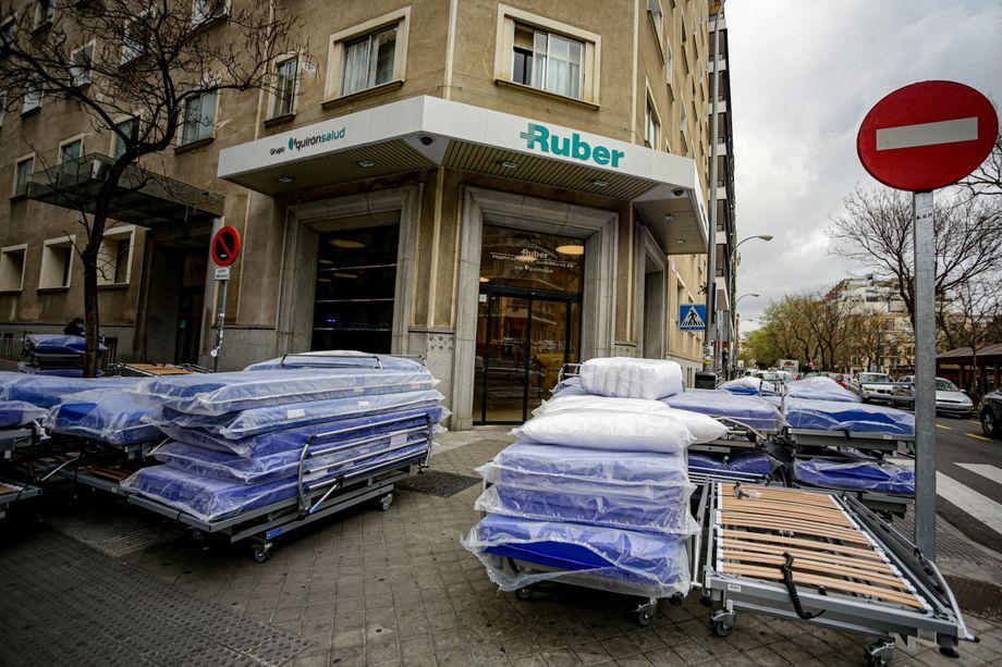 Neue Betten für die Intensivstation: Die Krankenhäuser in Spanien sind überlastet