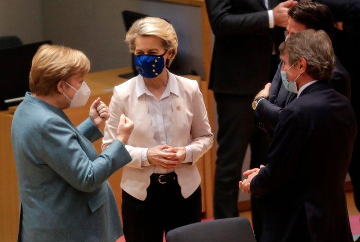 Angela Merkel (l.) und Ursula von der Leyen in Brüssel: Erleichterung nach 21-stündigen Verhandlungen