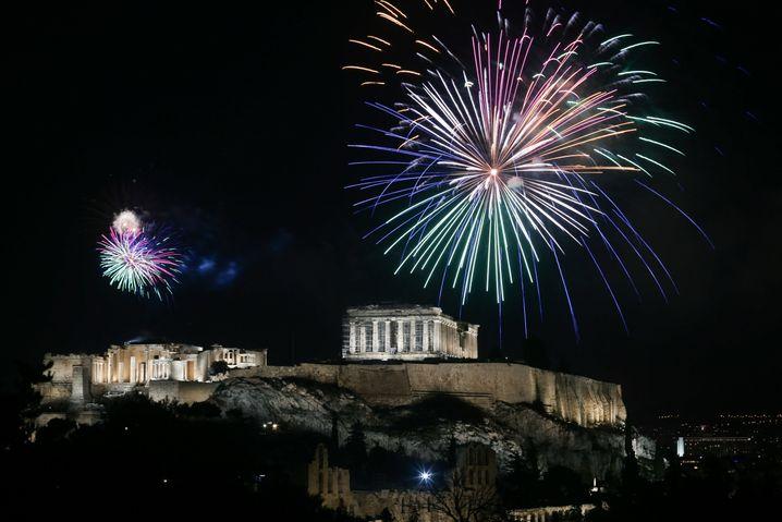 Ein Feuerwerk erleuchtet die Akropolis in Athen