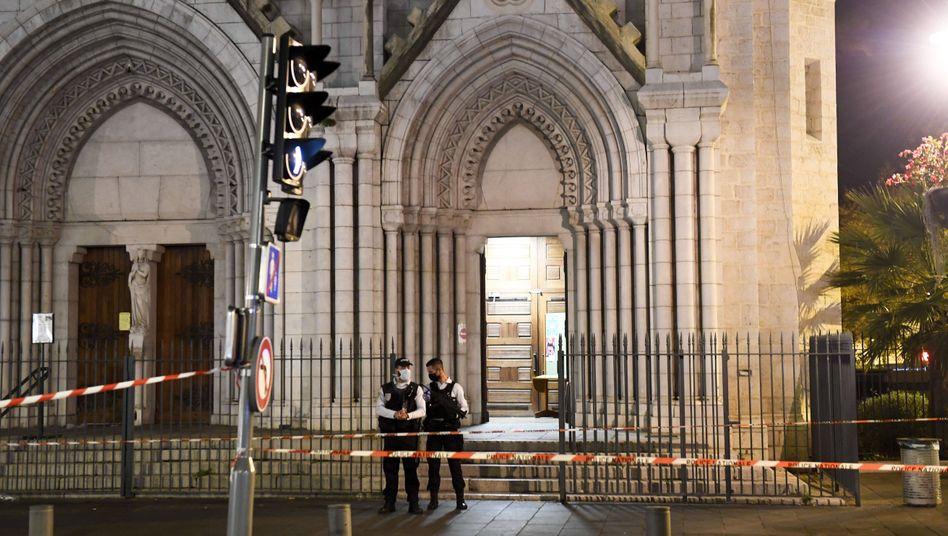 Sicherheitskräfte vor dem Tatort in Nizza