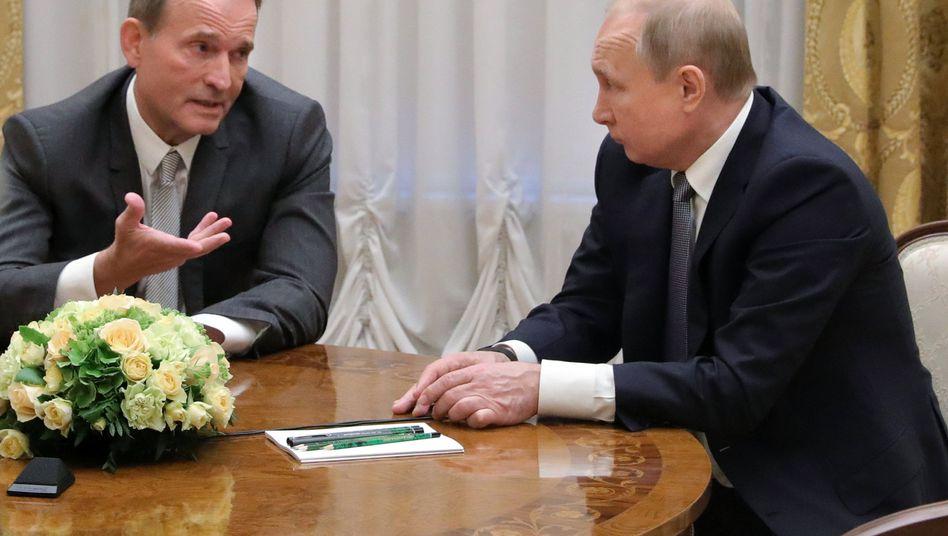In Sankt Petersburg vor der Parlamentswahl in der Ukraine: Der Geschäftsmann und Politiker Wiktor Medwedtschuk mit Russlands Präsident Wladimir Putin