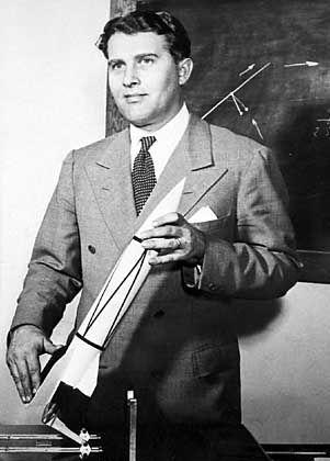 Wernher von Braun mit V2-Modell: Von Peenemünde in die USA