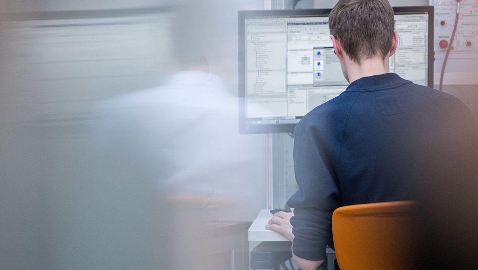 Auszubildender an einem Computer (Symbolbild)