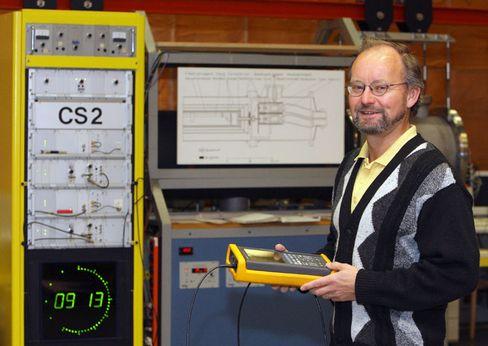 Sekundenzähler: Der Forscher Andreas Bauch steht vor der Atomuhr CS 2 der Physikalisch-Technischen Bundesanstalt (PTB) in Braunschweig