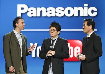 Gemeinsamer Auftritt: Mike Horowitz (links), Googles Projektmanager für Picasa, und YouTube-Gründer Steve Chen plaudern mit Panasonics Toshihiro Sakamoto über das Web auf TV-Bildschirmen