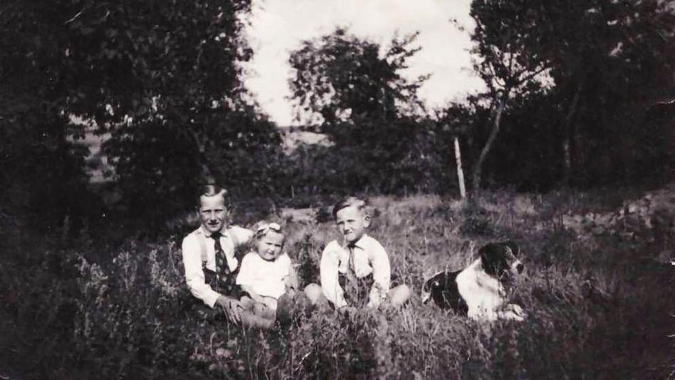 Kurt Steininger, Jahrgang 1930, ist auf diesem Foto das Kind links neben dem Hund. Später wurde er erst Maurer, dann Lehrer