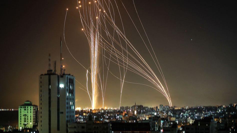 Raketen über Tel Aviv – aus der Richtung des Gazastreifens: Der Beschuss ist laut Hamas die Antwort auf den Angriff eines Hochhauses im Gazastreifen
