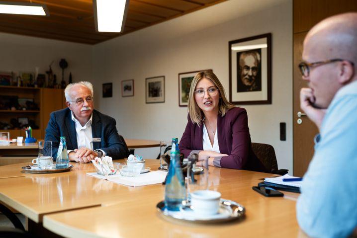Klaus Besser und Sarah Süß im Gespräch mit SPIEGEL-Redakteur Florian Gontek