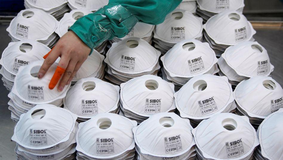 Masken bei einer Produktionsfirma in Shanghai