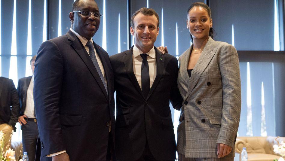 Macky Sall, Emmanuel Macron, Rihanna (von links nach rechts)