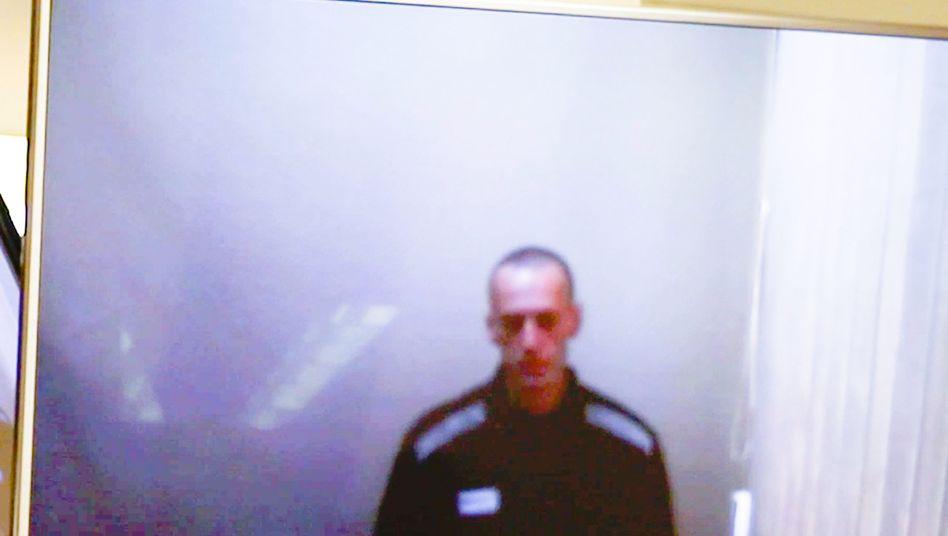 Foto vom zugeschalteten Nawalny: Über Bildschirm im Saal sichtbar