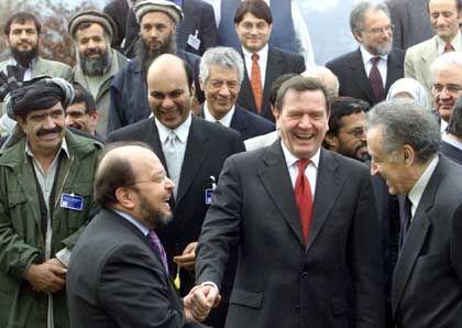 Rückerinnerung an den 5. Dezember 2001: Im Beisein Kanzler Schröders war die Afghanistan-Resolution auf dem Petersberg bei Bonn unterzeichnet worden