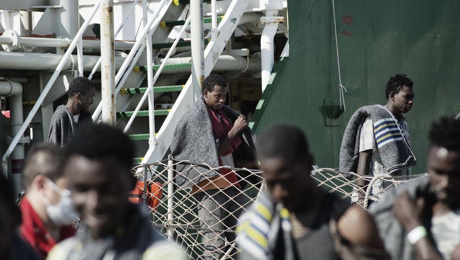 Flüchtlinge im Hafen von Palermo