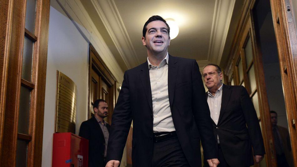 Alexis Tsipras auf dem Weg zur ersten Kabinettssitzung: Der neue Premier setzt seine Versprechen um