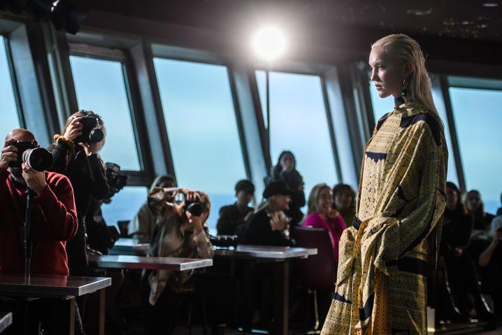"""Modenschau im """"Fansehturm"""": William Fan setzt in der kommenden Wintersaison auf großflächige Muster und Layering"""