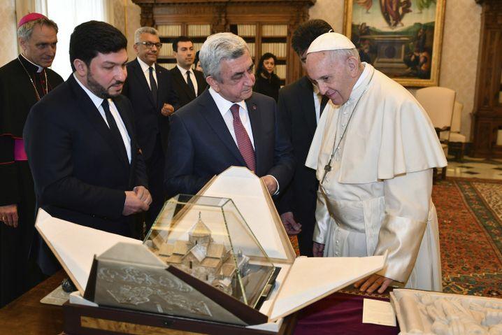 Anfang April traf Sargsjan (Mitte) Papst Franziskus im Vatikan