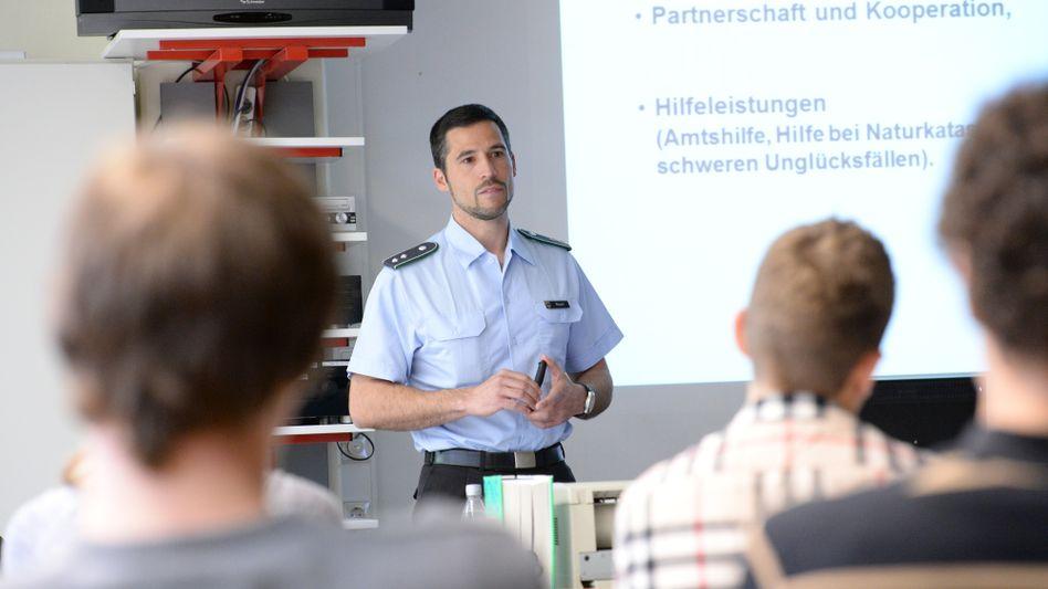Werbung fürs Militär: Jugendoffiziere der Bundeswehr dürfen an Schulen nicht für den Dienst werben