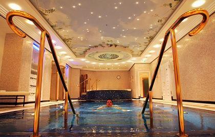 Swimming-Pool im Berliner Ritz Carlton: Berliner Luxushotels locken Gäste mit immer ungewöhnlicheren Arrangements