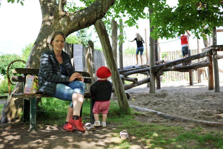 Theresa mit drei ihrer vier Kinder auf dem Spielplatz