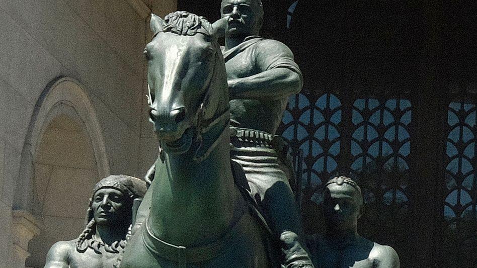 """Kann weg, mit Einverständnis der Nachfahren: Statue des 26. US-Präsidenten Theodore """"Teddy"""" Roosevelt vor dem American Museum of Natural History in New York"""