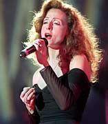 Im Unterschied zu vielen Interpunktions-Neurotikern kennt Sängerin Vicky Leandros sich mit großen Gefühlen aus